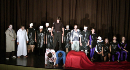 Schüler auf Theaterbühne in der Aula des Goethe-Gymnasiums Kassel