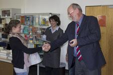 Herr Becklas gratuliert einer Absolventin