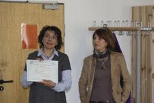 Frau Moreau und Frau Klaus präsentieren das Zertifikat